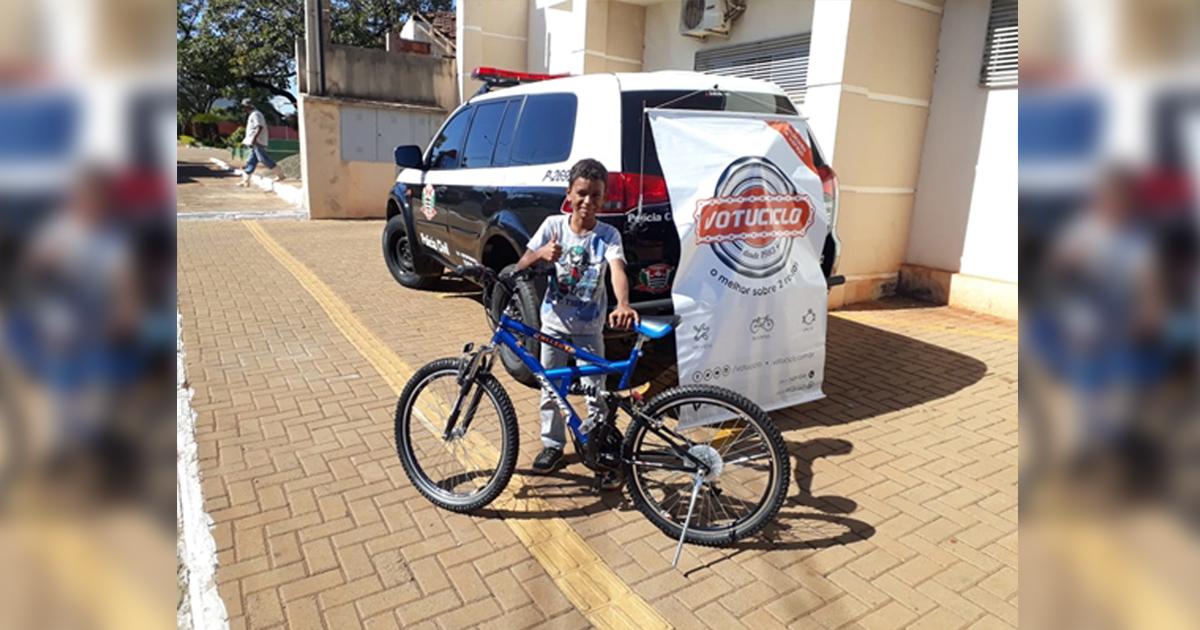 Comovidos com história, policiais civis compram bicicleta para menino 1