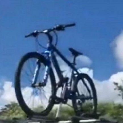 bicicleta em cima de carro