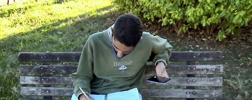 menino estudando banco praça internet açougue