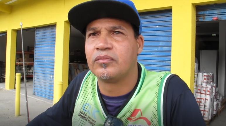 motoqueiro ajuda moradora de rua