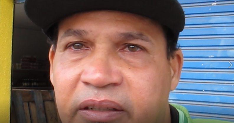 motoqueiro que foi flagrado cuidando de moradora de rua