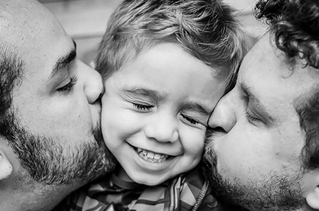 Pais gays beijando o filho