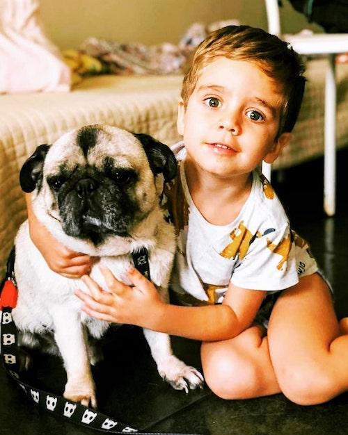 O garoto, Sol, com seu cachorrinho