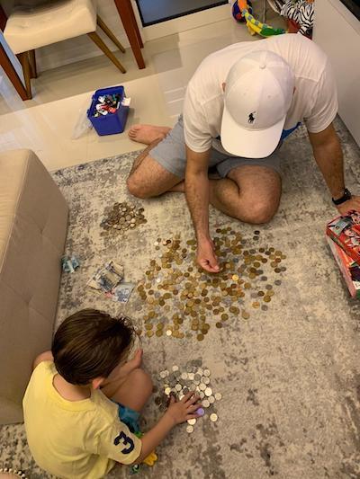 pedro e pai contando as moedas