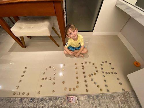 pedro escreve laura com moedas