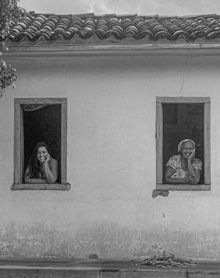 duas mulheres janelas casa nordeste