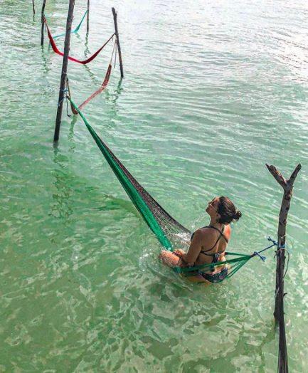 mulher sentada rede lagoa nordeste