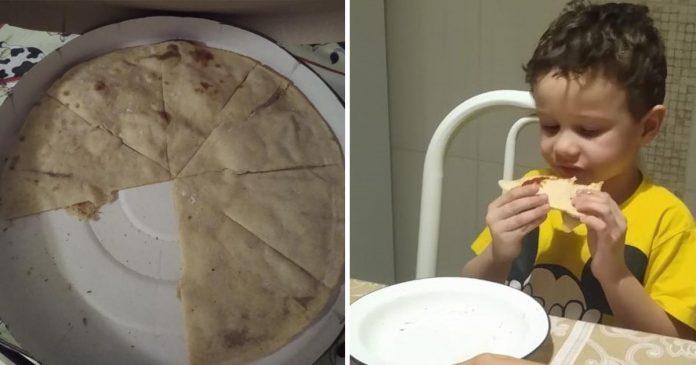 menino comendo pizza sem recheio