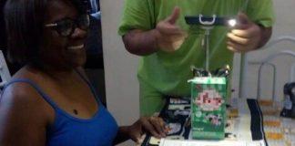 professora gravando aula com saco de feijão e leite