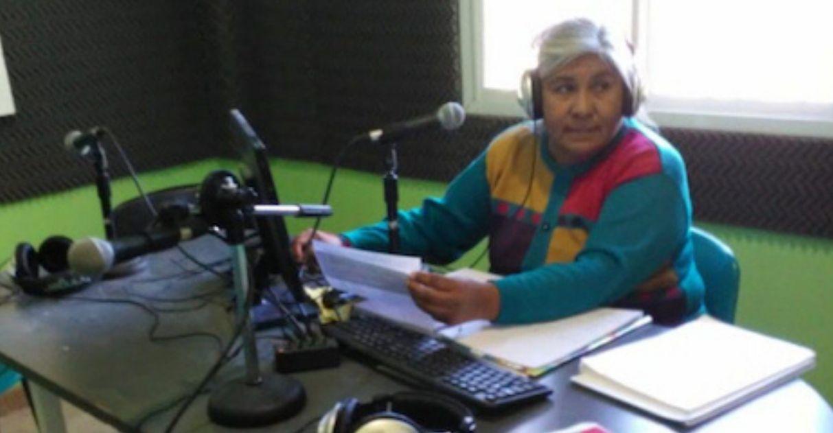 professora na rádio comunitária