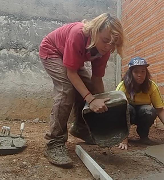 casal mulheres construindo casa