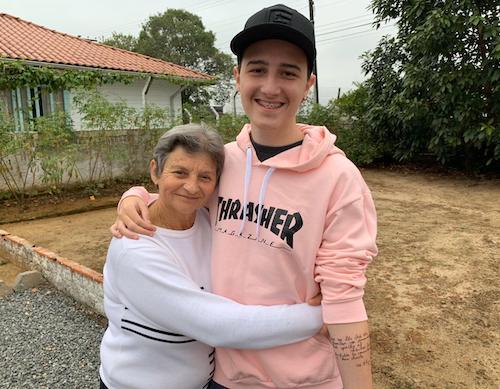 neto abraçando avó