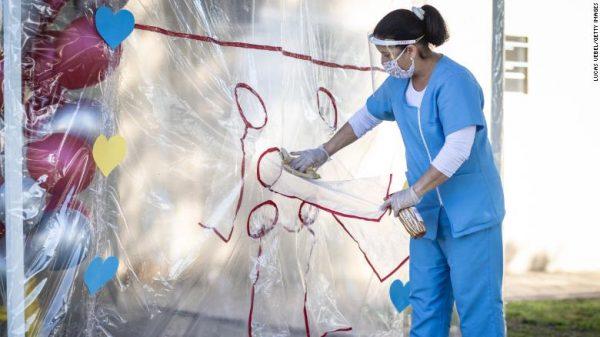 enfermeira mexe no túnel do abraço