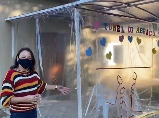 Luciana posa na frente do túnel do abraço