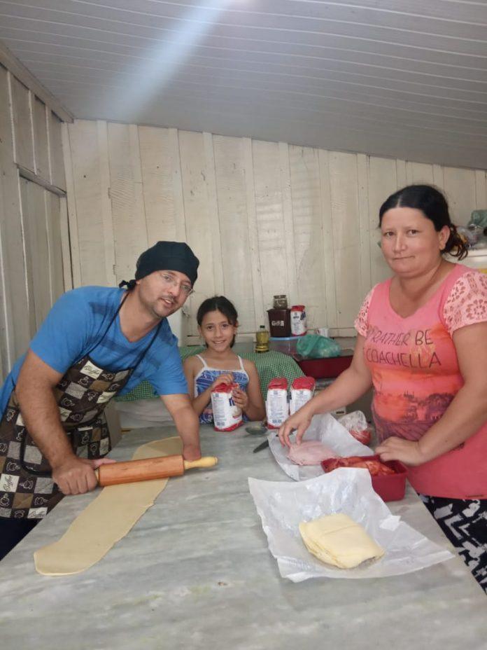 homem esposa filha preparando massa salgados