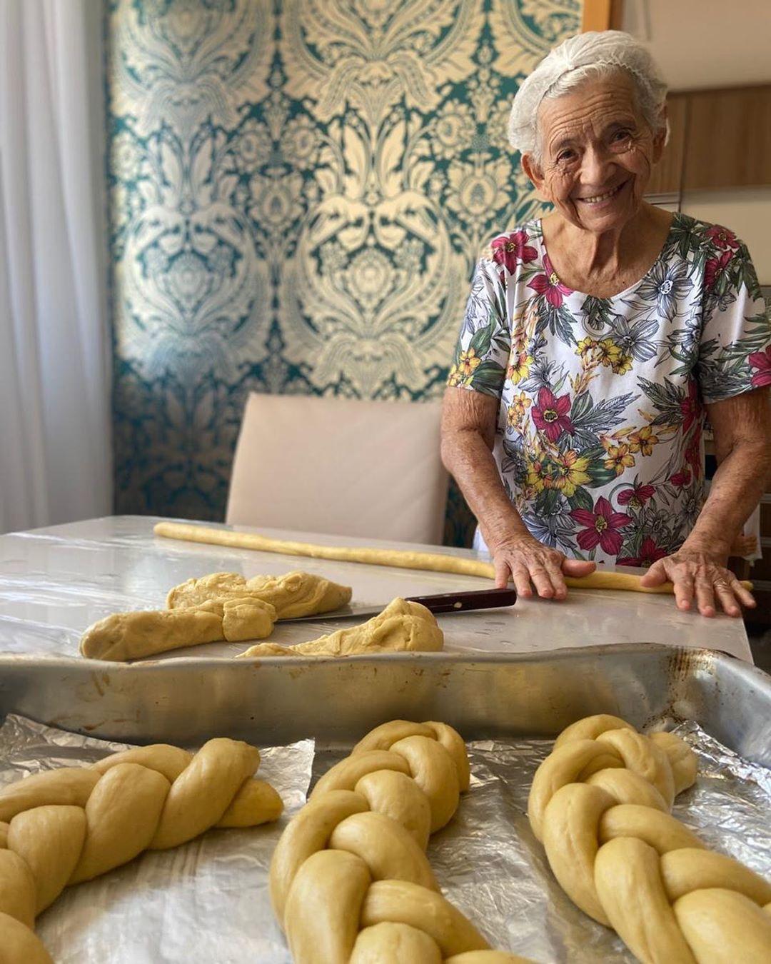 idosa preparando rosquinhas sorrindo