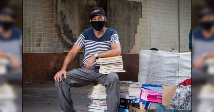 Ambulante faz sebo a céu aberto em BH, tem 3.000 livros queimados e ganha o triplo em 48 horas 1