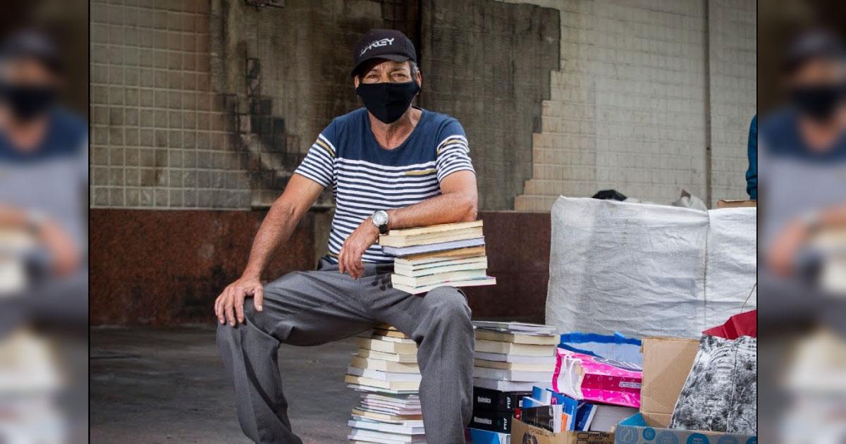 Ambulante faz sebo a céu aberto em BH, tem 3.000 livros queimados e ganha o triplo em 48 horas 2