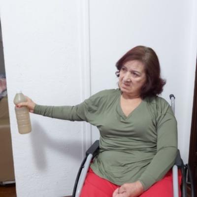 Mulher idosa na cadeira de rodas