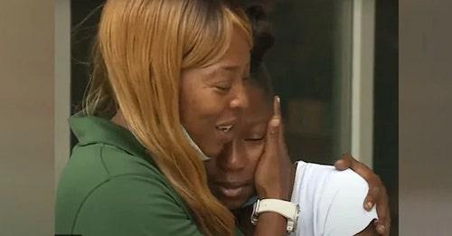 Shetara Sims abraçando a filha