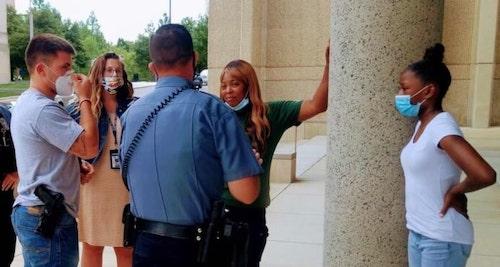 Shetara Sims visitando o departamento de policia