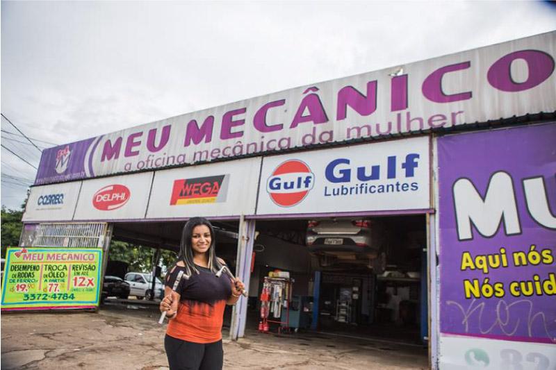 """Agda Oliver em frente a sua oficina """"Meu Mecânico"""""""
