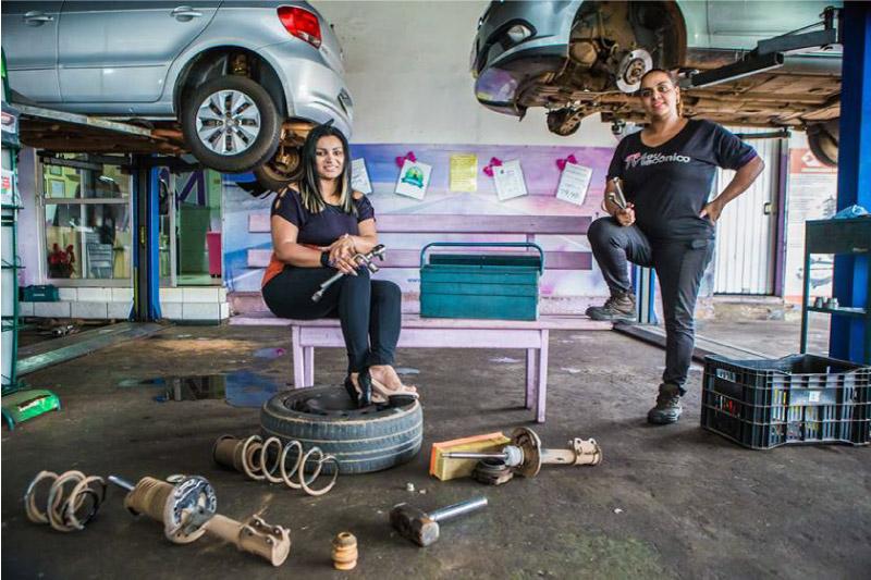 Agda Oliver e sua funcionária na mecânica em Ceilândia