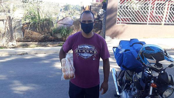Alan com saco de pão