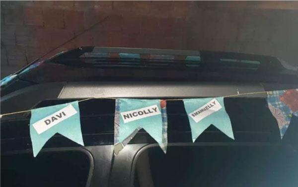 carro com bandeirinhas de são joão