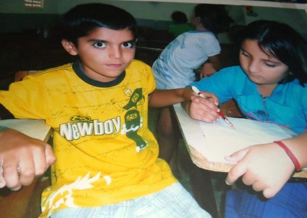 Duas crianças sentadas na sala de aula estudando