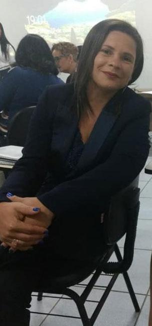 mulher sentada em mesa da universidade