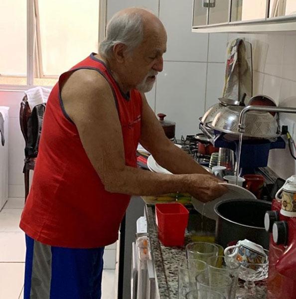 ary fontoura lavando louça