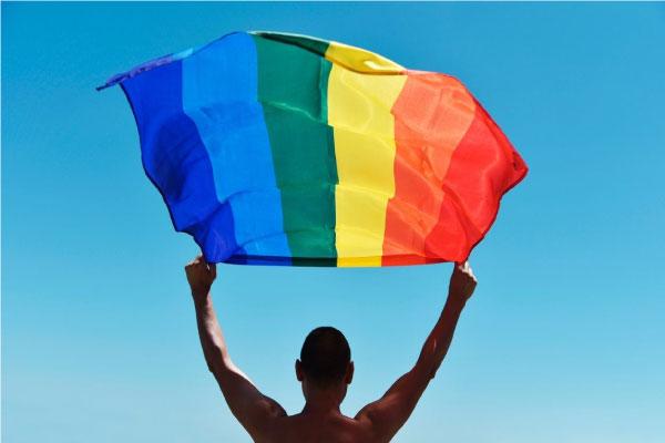 homem segurando bandeira lgbtqi