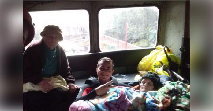 VÍDEO: Com barco, trem e trator, bombeiros resgatam casal de idosos de enchente no RS 1