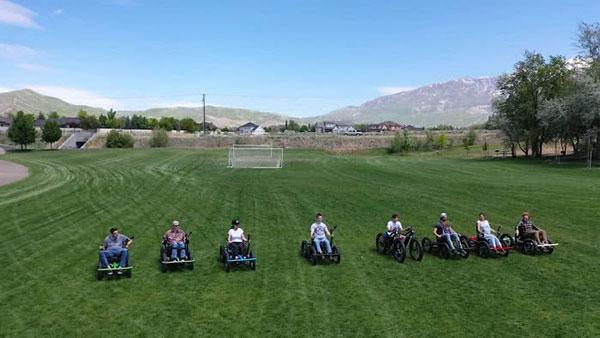vários cadeirantes em campo de futebol