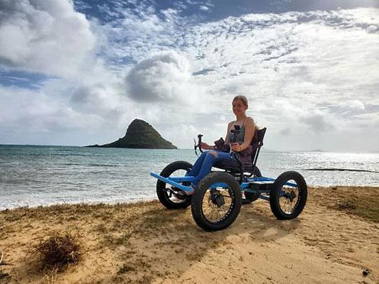 Marido cria cadeira de rodas off-road para a esposa ir a lugares que nunca imaginou 1