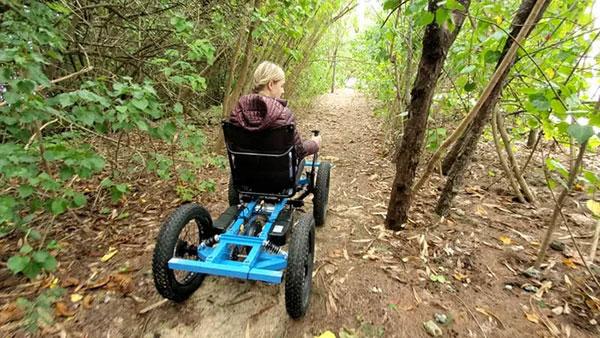 cadeirante na trilha
