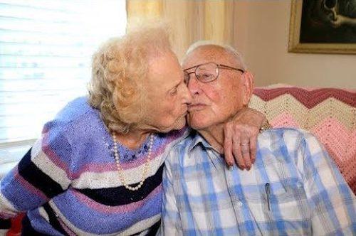 casal de velhinhos de beijando