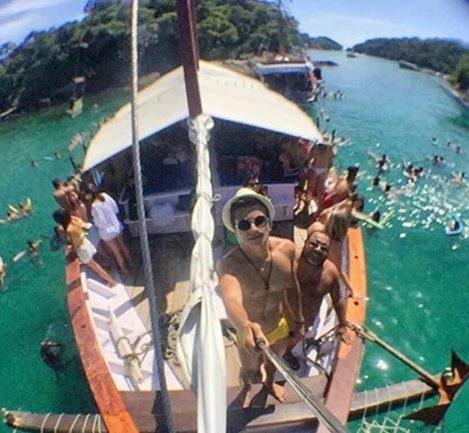 Barco com várias pessoas