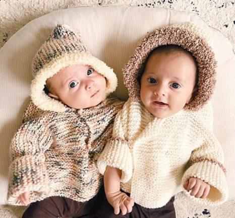 Gêmeos vestidos com roupa de frio