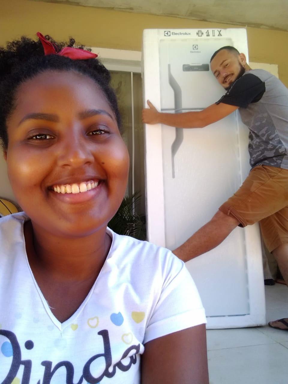 selfie casal geladeira electrolux
