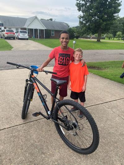 Chase e Daniel com a bike