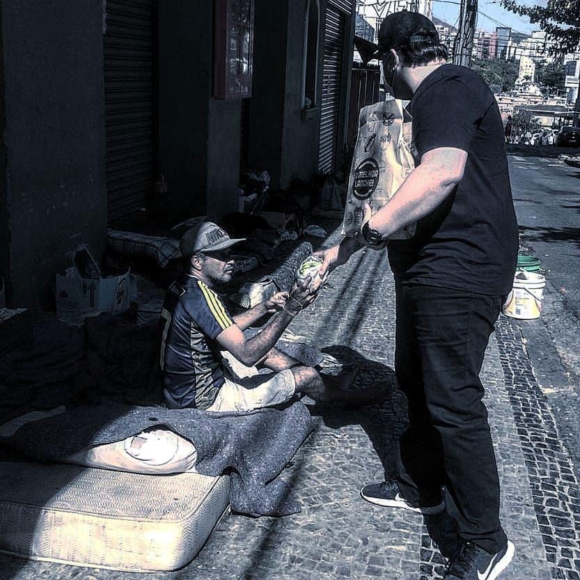 chef de cozinha doa hambúrguer morador rua