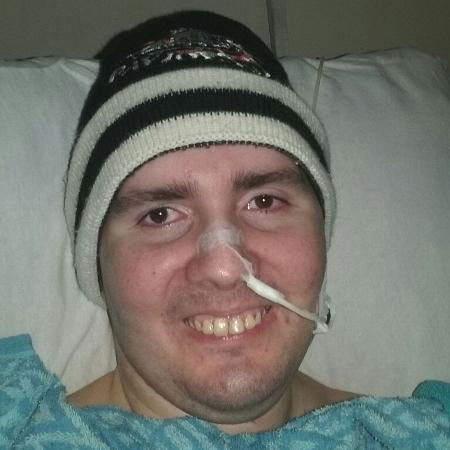 jovem usando touca cabeça deitado cama hospital