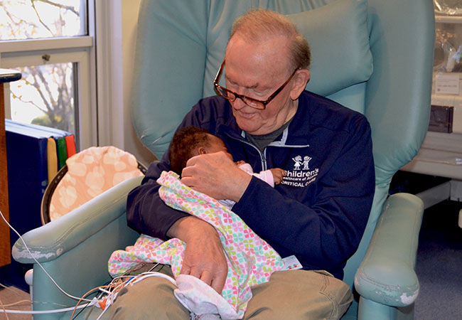 Colinho de avô! Aposentado é voluntário confortando bebês em hospital nos EUA 3