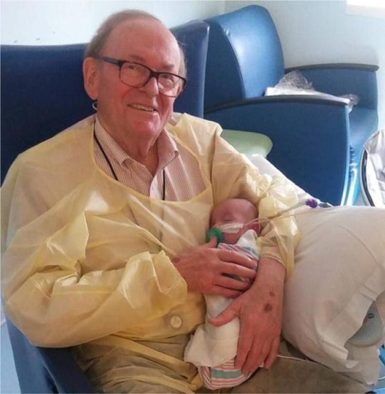 Colinho de avô! Aposentado é voluntário confortando bebês em hospital nos EUA 2