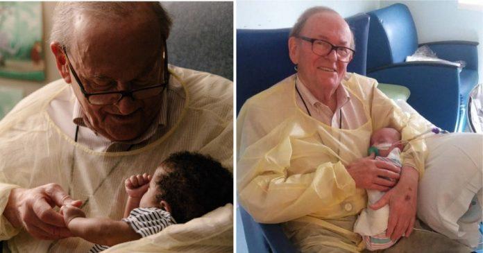 Colinho de avô! Aposentado é voluntário confortando bebês em hospital nos EUA 5