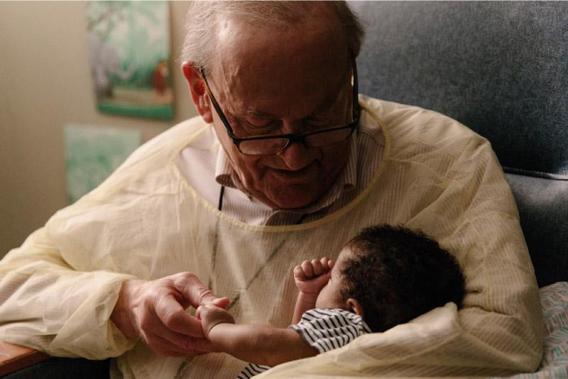 Colinho de avô! Aposentado é voluntário confortando bebês em hospital nos EUA 4
