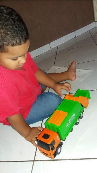menino com carrinho de brinquedo