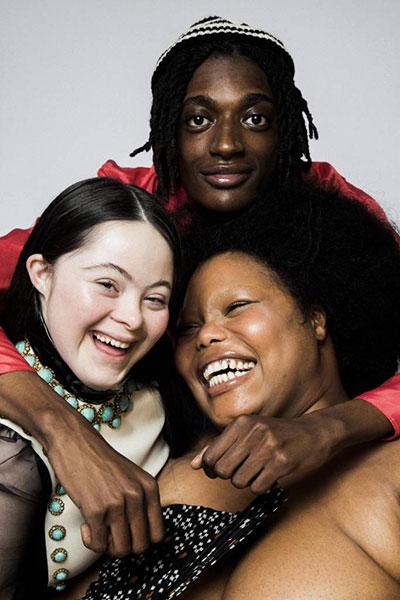 três modelos sorrindo
